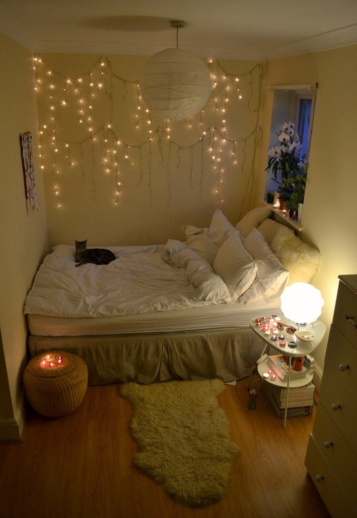Christmas lights decorations to brighten up your holiday for Cozy bedroom ideas for small rooms