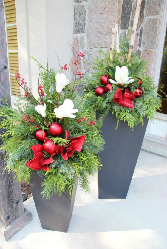 Easy outside christmas decorating ideas for Easy front porch christmas decorations