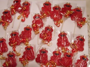Elmo lollipops are perfect christmas favors for kids. Photo Credit: http://img0.etsystatic.com/000/0/6346837/il_fullxfull.298878580.jpg?ref=l2