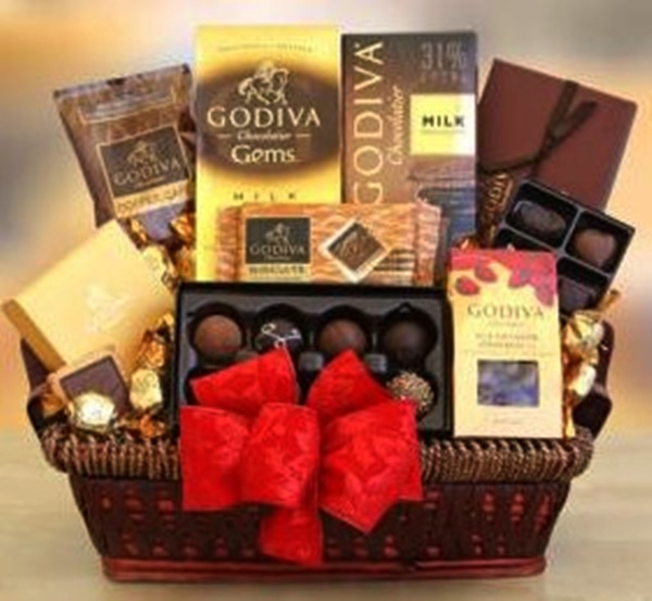 Top christmas hamper ideas christmas celebrations chocolate gift hamper photo credit bloguponalbum solutioingenieria Choice Image