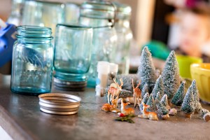 Make your own beautiful Christmas jar snow globes. Photo Credit: stylusa.com