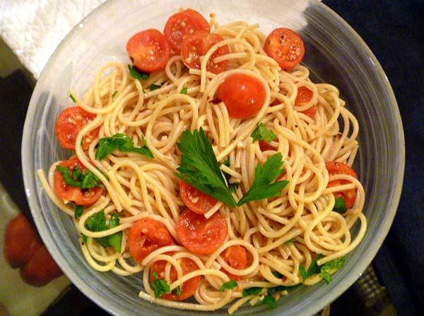 spaghetti-and-cherry-tomato-aglio-olio