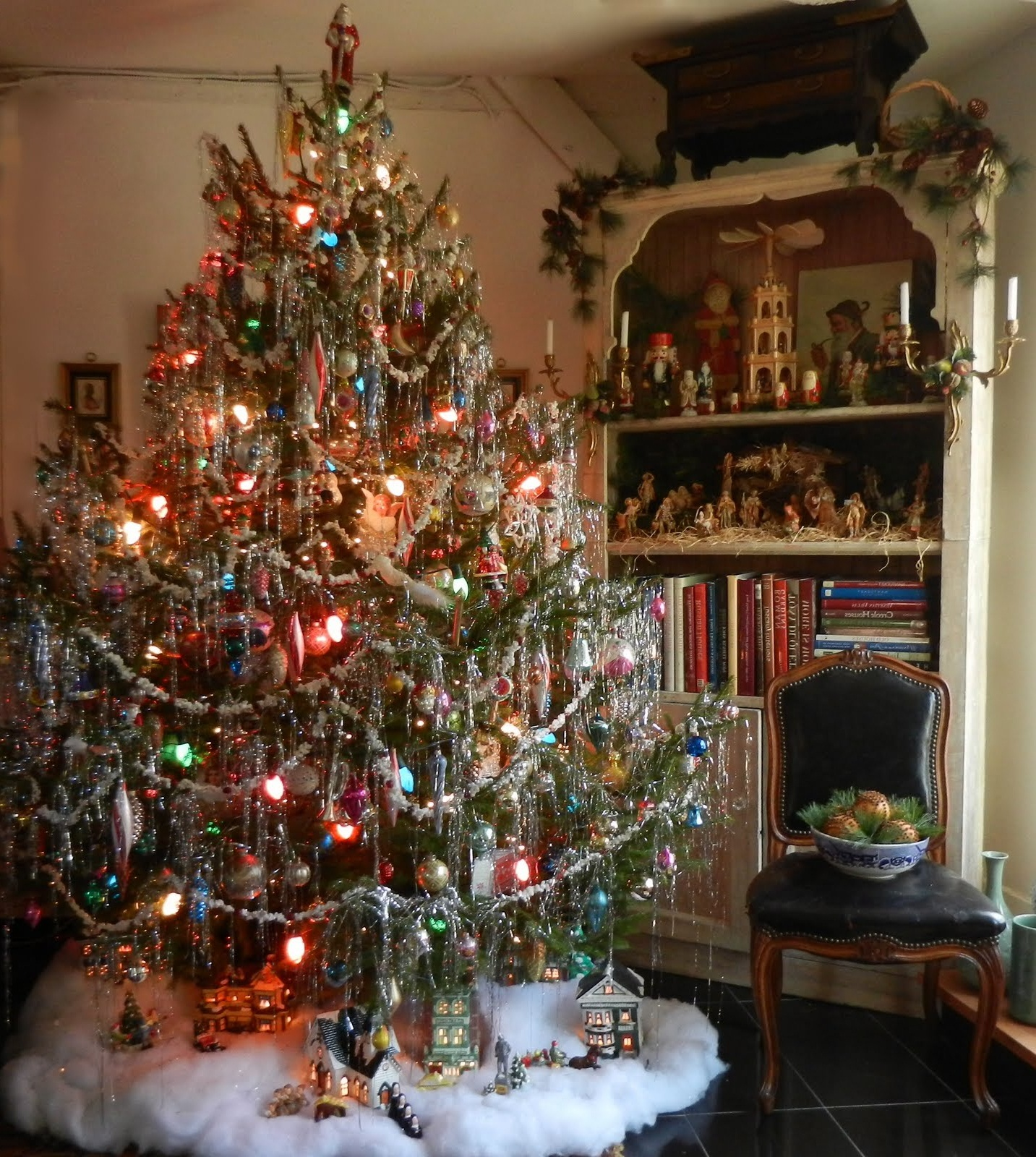 top vintage christmas decorations - Christmas Tree Decorated With Vintage Ornaments