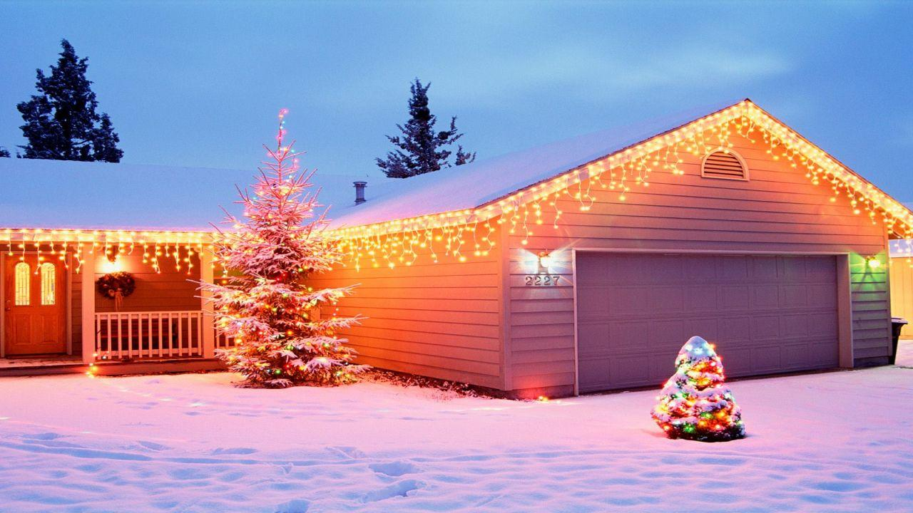 Simple And Warm Outdoor Christmas House Lighting Ideas