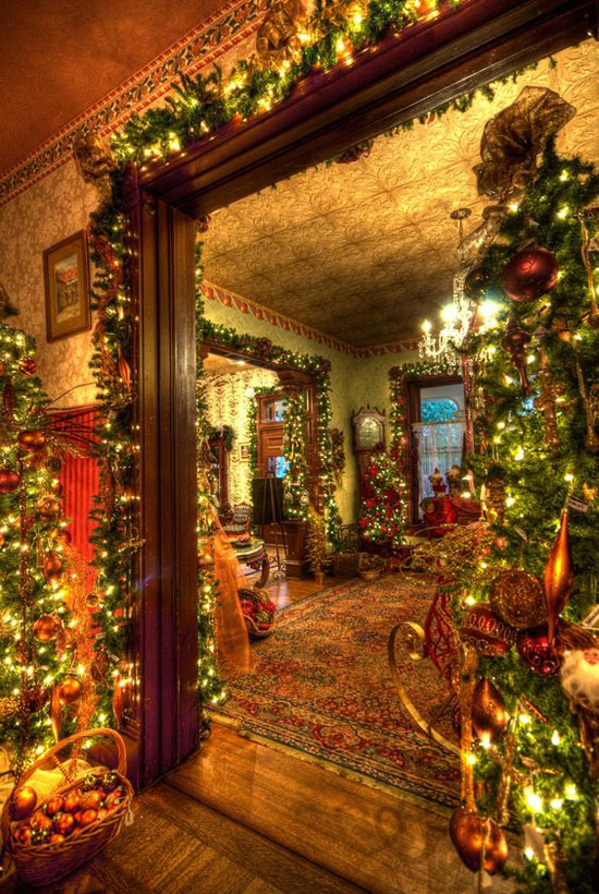 This Christmas Decorating Ideas Is Indeed Elegant And Breathtaking The Lighting Plus Decorations In Traditional Colors Made Home Festive