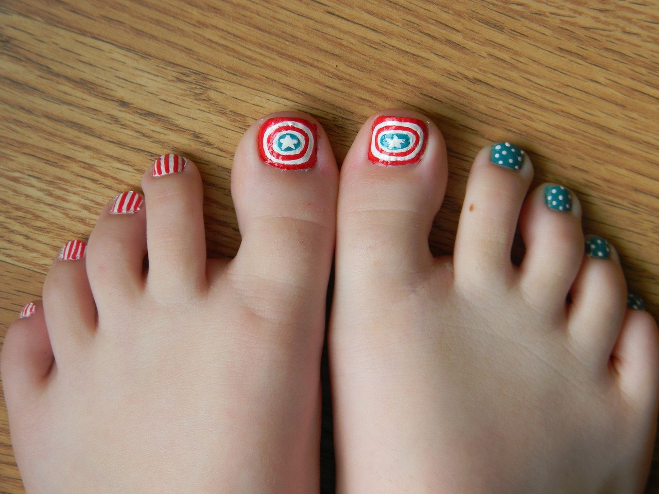 30 Best and Easy Christmas Toe Nail Designs - Christmas Celebrations