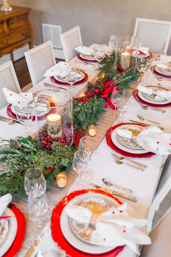 Here's another mesmerizing Christmas table decoration. The centerpiece made of glass with berries and candle is so magical. I'd love to experience to eat in ...
