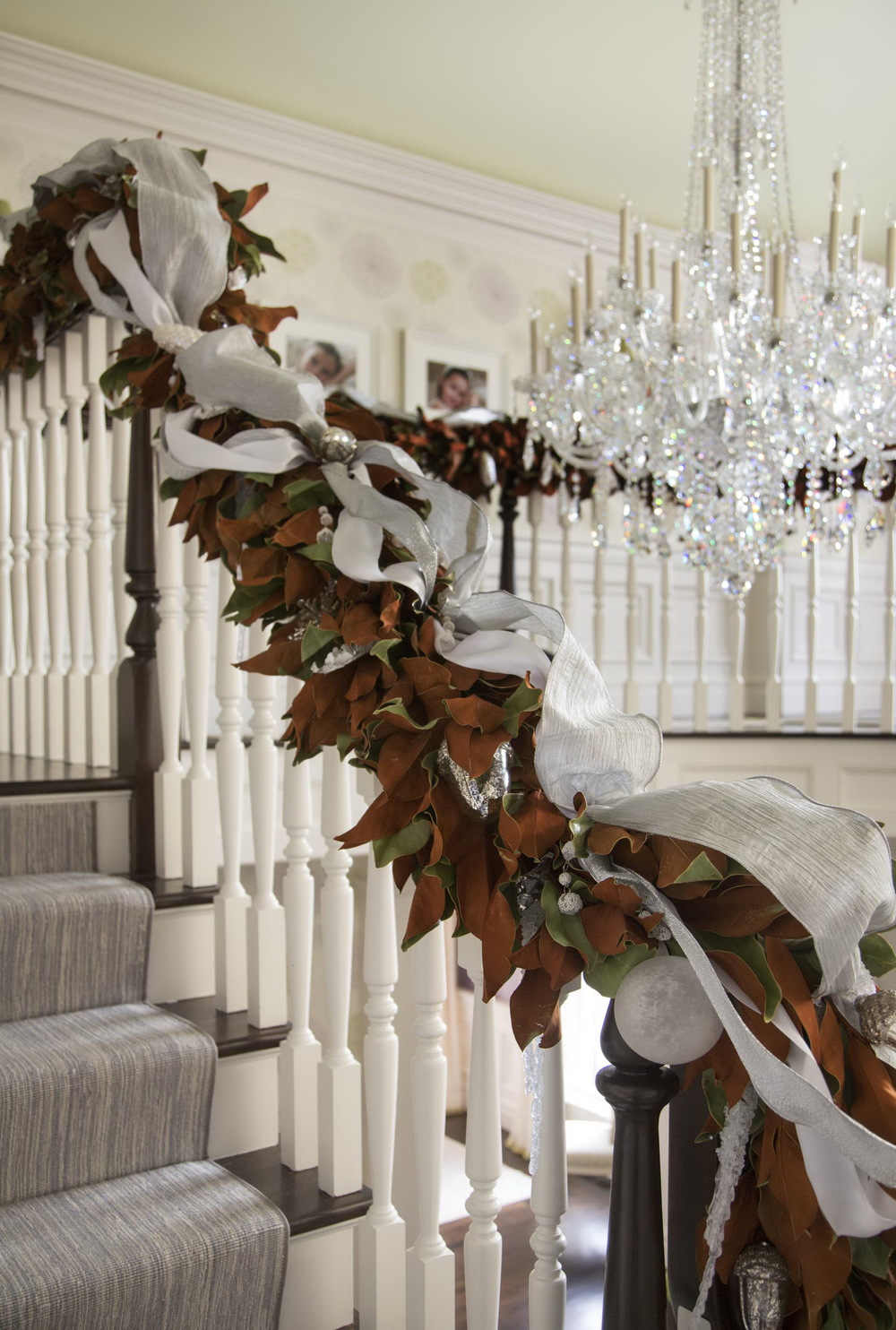 Top 40 stunning christmas decorating ideas for staircase for Decoration interne