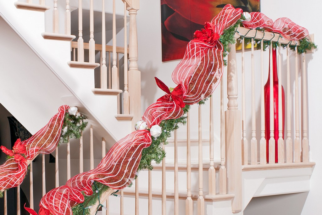 Top 40 stunning christmas decorating ideas for staircase - Christmas decorations for stair rail ...
