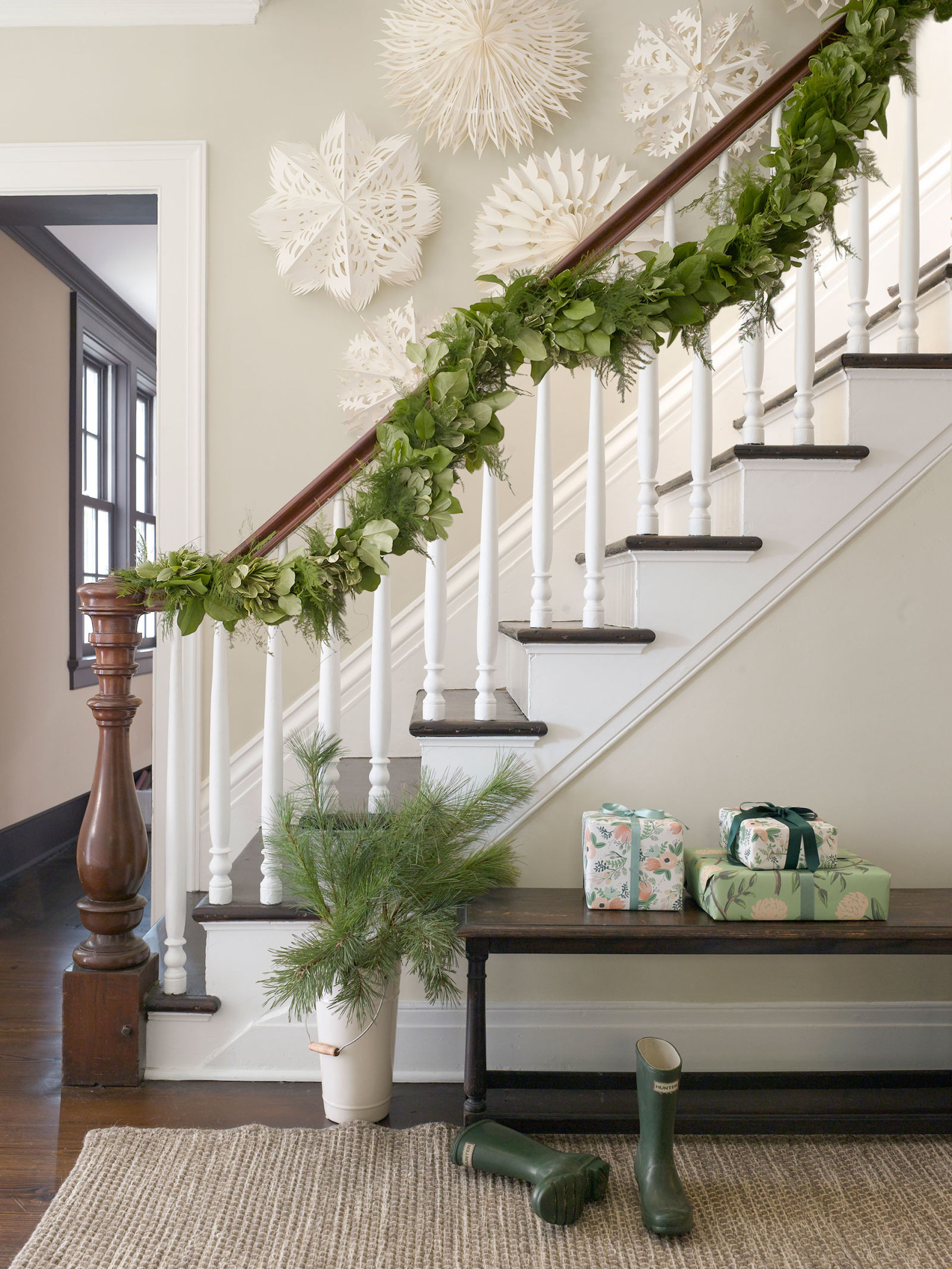 Top 40 ideal ways to decorate with garlands this christmas - Christmas decorations for stair rail ...