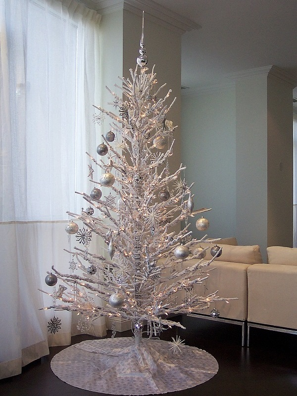 silvery christmas tree decor source - Minimalist Christmas Decor