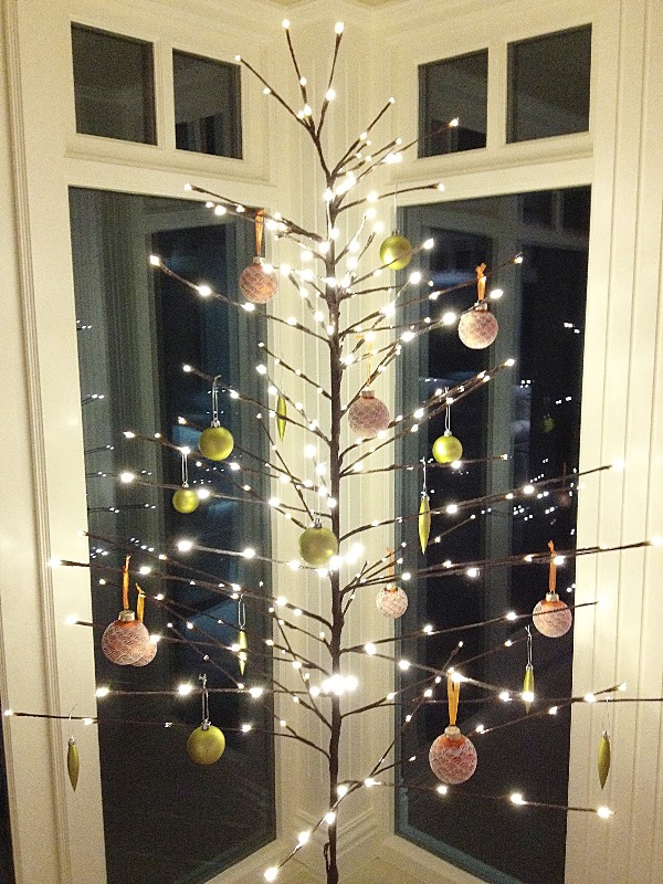 Top minimalist and modern christmas tree decor ideas for Contemporary ornaments for the home