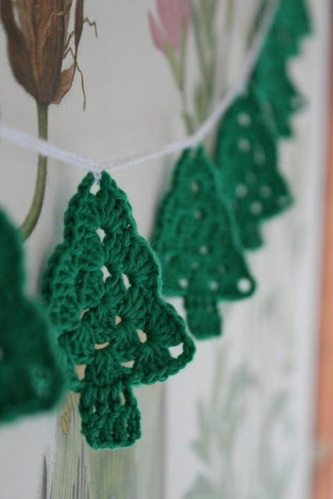 Knitting Pattern Christmas Bunting : Top 40 Cozy Knitted Christmas Decorations - Christmas Celebrations