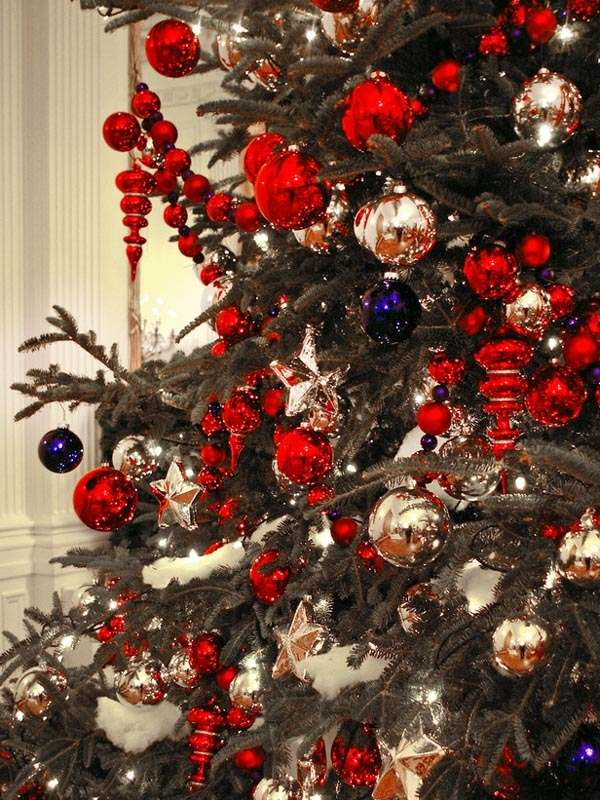traditional red and gold christmas decor source - Red And Gold Christmas Decoration Ideas