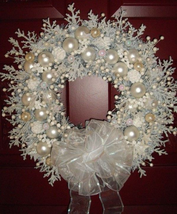 Shabby Chic Christmas Door Wreath: Source - Top 40 Shabby Chic Christmas Decorations - Christmas Celebration