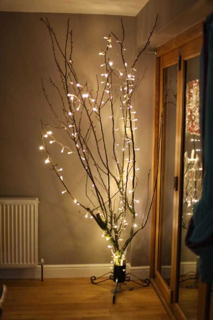 Top 40 christmas decoration with string lights christmas for Indoor light decoration ideas
