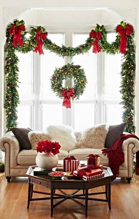 Etonnant Traditional Christmas Decorations Usually Include Reds And Greens. In This  Kind Of Decor Idea, You Can Use Green Garlands To Accentuate Your Windows.