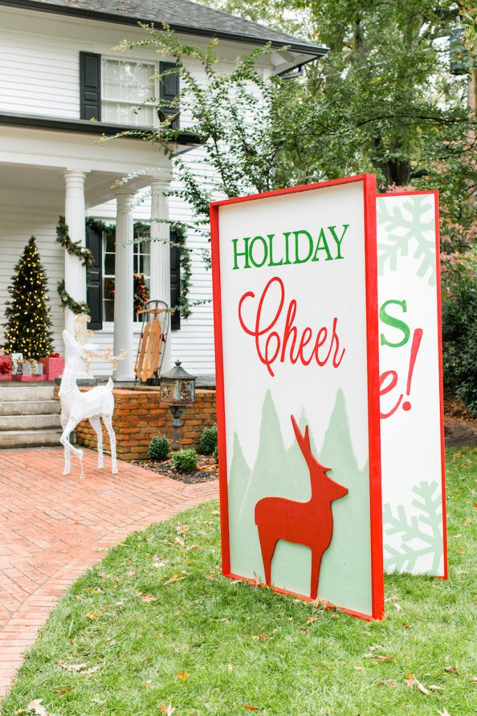 Larger than life oversized christmas decoration ideas for Large outdoor christmas signs