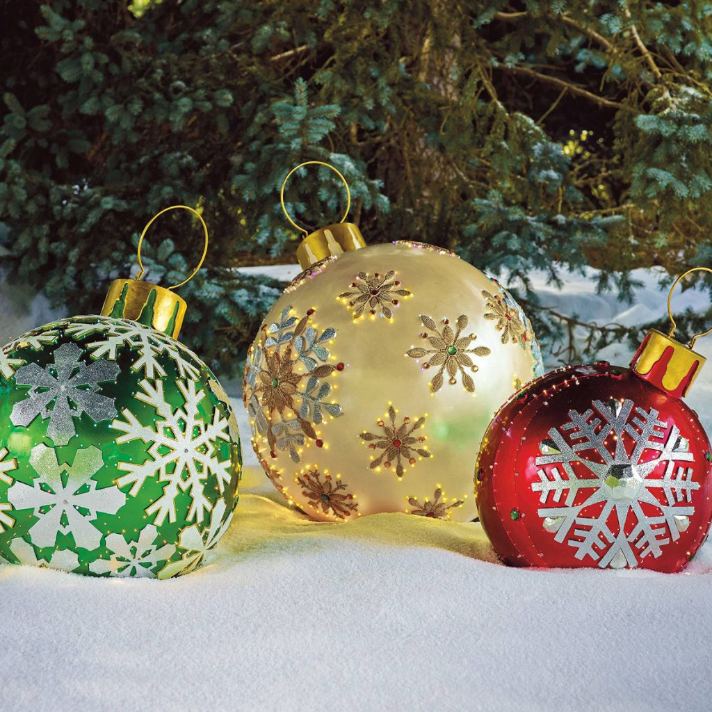 Larger than life oversized christmas decoration ideas for Led outdoor christmas ornaments