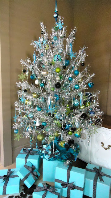 if you want you can even add hints of green to your white and teal christmas tree green pairs perfectly well with teal as you can see in the picture