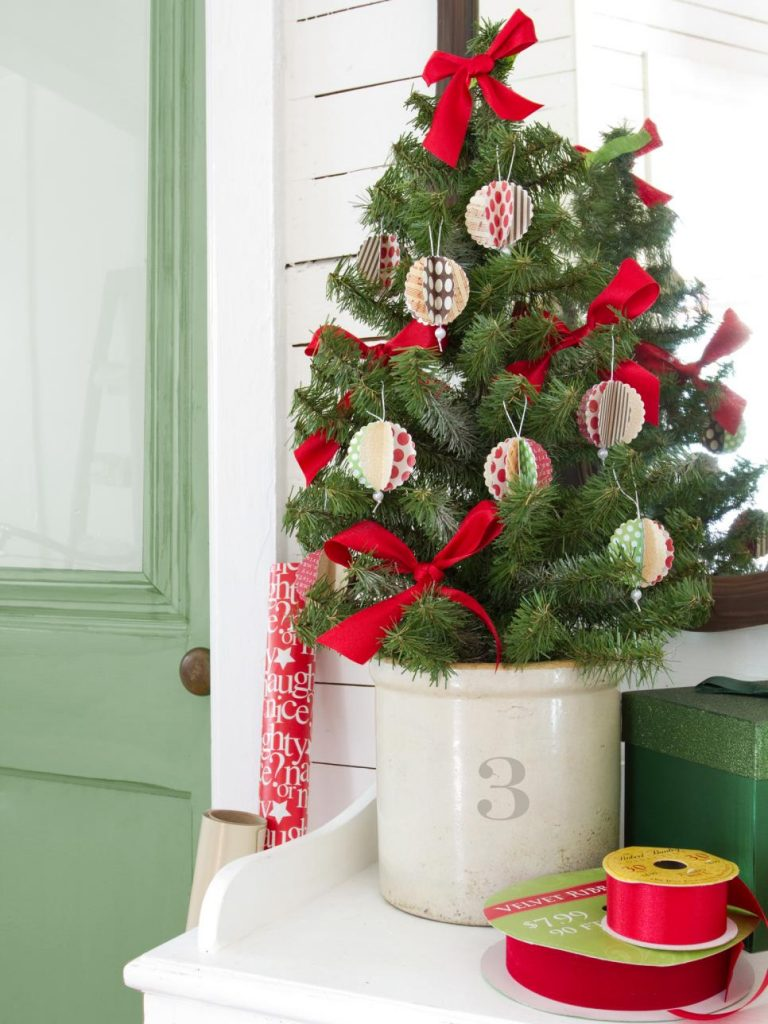 26 inexpensive christmas tree decoration ideas christmas for Cheap christmas decoration ideas