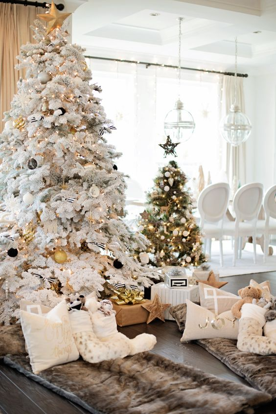 an eye popping decor - White Christmas Tree With Gold Decorations