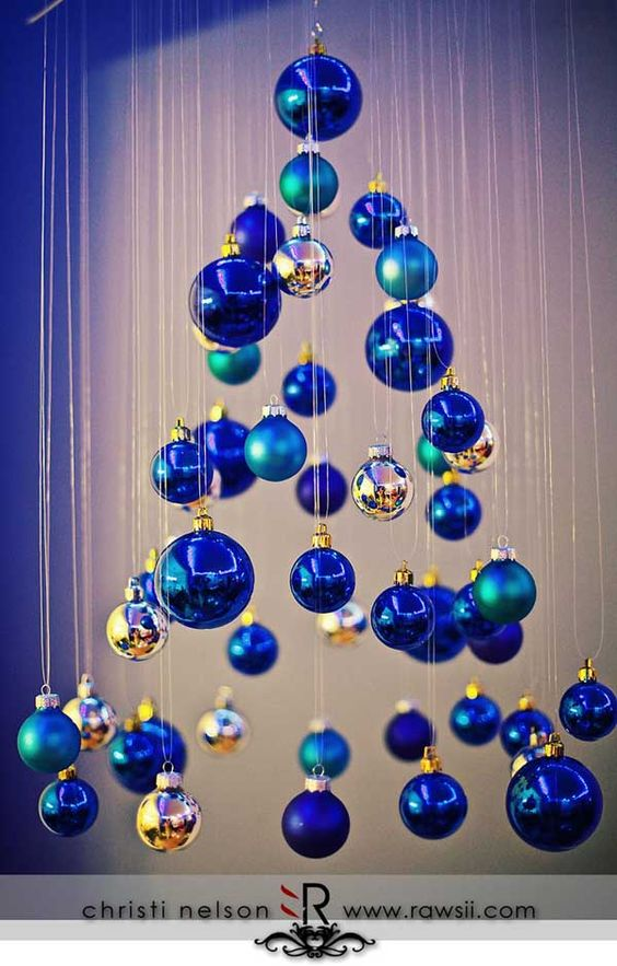 Here's a unique Christmas tree made by suspending blue baubles from yarn. It may look a bit difficult to achieve, but if you have even the slightest idea ...