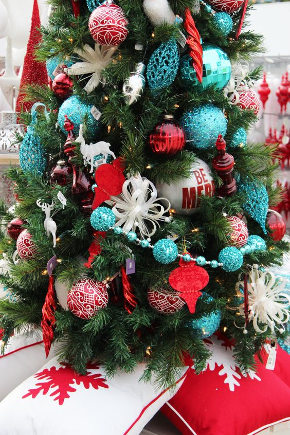 ornament garland to decorate your gorgeous tree just keep the color combination in mind before making the garland red and blue looks truly beautiful - Blue And Red Decorated Christmas Tree