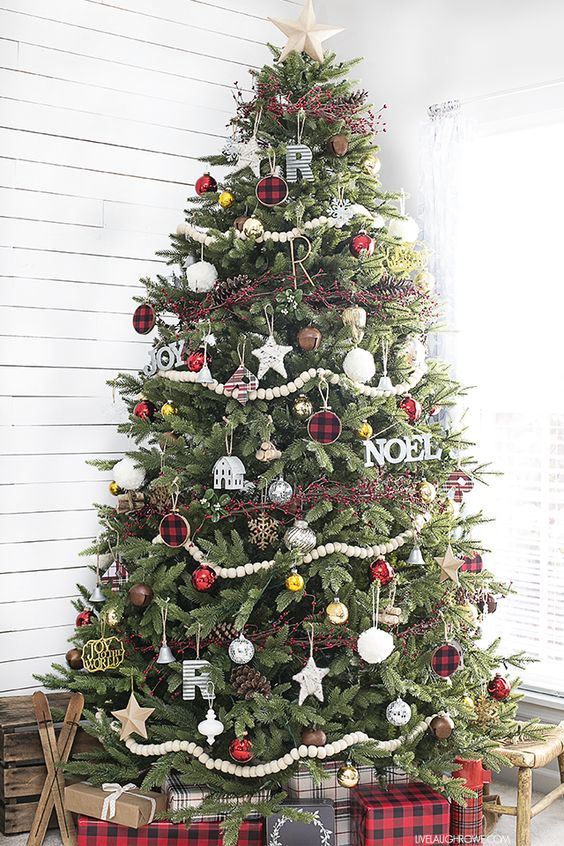 30 beautiful christmas tree garland decoration ideas How to hang garland on a christmas tree
