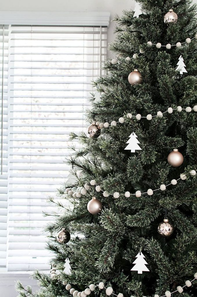 30 Beautiful Christmas Tree Garland Decoration Ideas ...