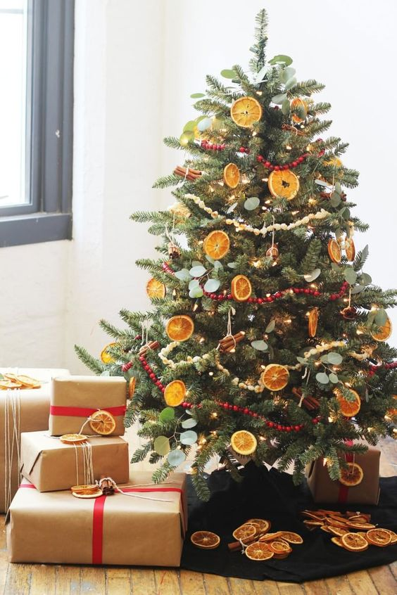 White the dried citrus ornaments is definitely the highlight of this Christmas  tree, you just cannot ignore the popcorn garlands, which are rarely seen ... - 30 Beautiful Christmas Tree Garland Decoration Ideas - Christmas