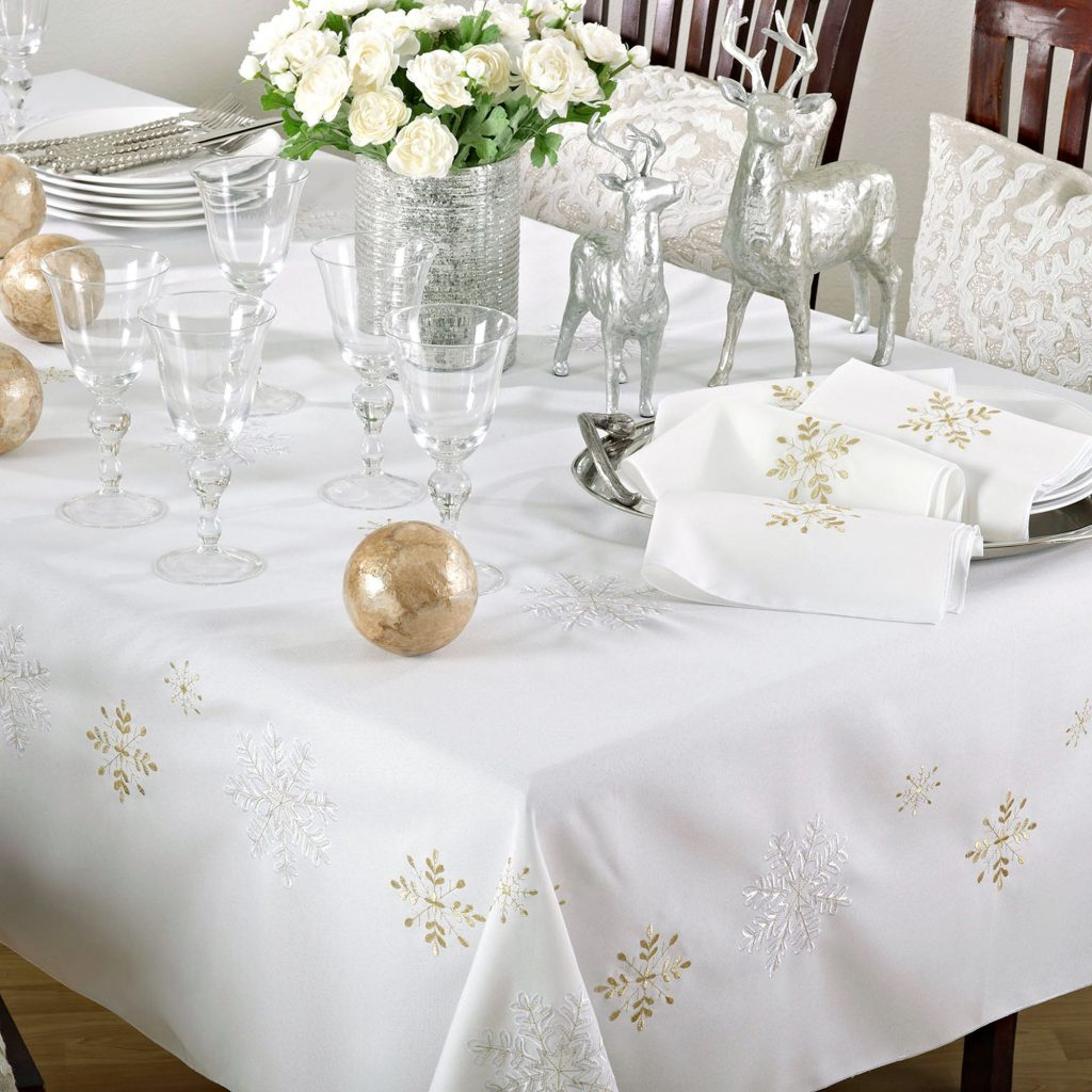 Here S A Crisp Ivory Tablecloth With Gold And Embroidered Snowflakes The Color Is Balancing Really Well