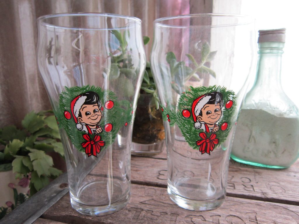 how cute and adorable are these elf christmas drinking glasses the elf featured on these glasses is no ordinary elf its bobs big boy from christmas - Christmas Drinking Glasses