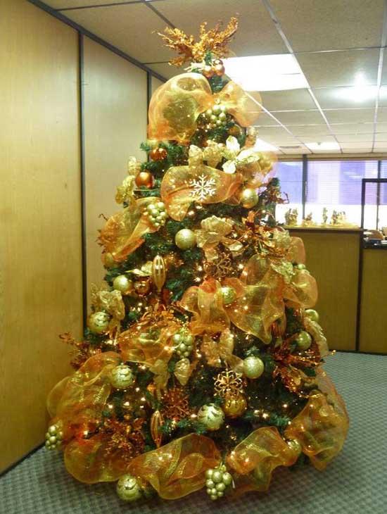 Christmas Tree Decorating With Mesh Ribbons Christmas